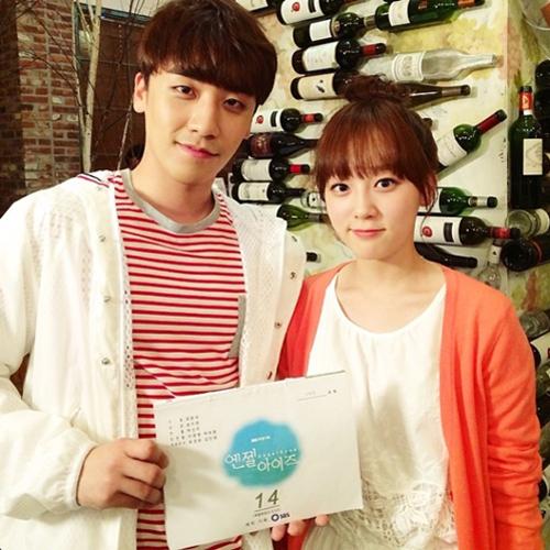 去年和勝利一起出演了韓劇《天使之眼》,劇中飾演的朴惠珠,牛奶般嬰兒皮膚和明朗可愛的個性令粉絲心動不已,自然不做作的魅力吸引了網民們的熱烈關注。