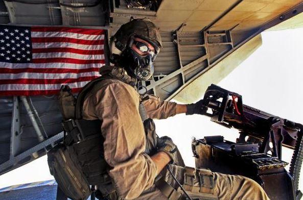 通常機槍手們都是背著槍,即使是直升機在高空飛行時也頭戴「面罩」,全副武裝一絲不苟。