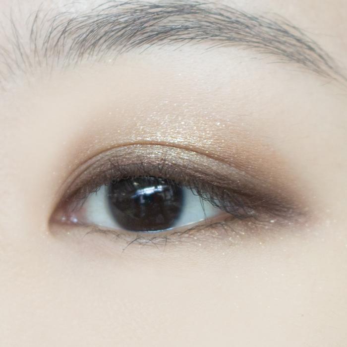 巧克力色的眼線筆畫出上眼線來