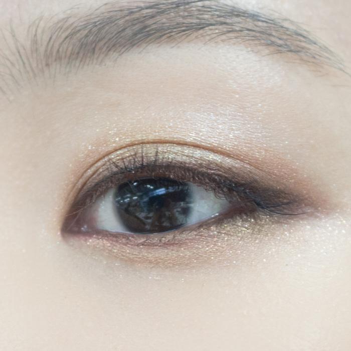 很多女生都喜歡畫上卧蠶,因為會顯得甜美可愛,那麼這裡也是一樣,淺棕色眼線筆畫出臥蠶部分即可!