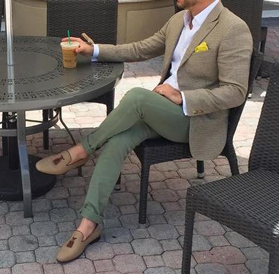 誰說西裝就一定要是黑白灰,還要繫領帶?一條淡綠色的純棉西褲讓你整個人看起來少了一份死板,反而多了一份青春活力,但又不失高雅。
