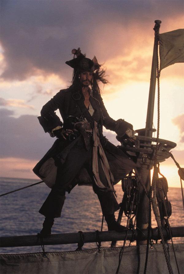 7. 神鬼奇航:鬼盜船魔咒 (2003) 從2003年到2011年動作奇幻冒險系列電影「神鬼奇航」,受到廣大觀眾的熱捧..強尼·戴普(Johnny Depp)精湛的演技和漢斯·季默(Hans Zimmer)的OST組成了完美的組合~