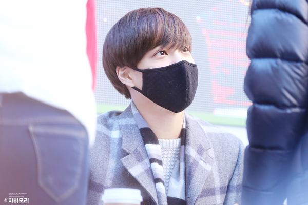 當天感冒狀況不太好,需要保護喉嚨的KAI~雖然戴上口罩與粉絲們接觸,但是口罩可擋不住他眼中散發出的愛的光波呢!