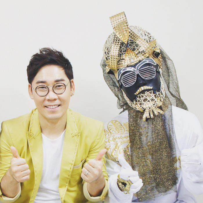 《神秘音樂秀:蒙面歌王》(是韓國MBC電視台一檔綜藝節目,歌手們通過蒙面演唱的方式,排除了其它的因素,百分百憑歌唱實力一較高下。左邊的韓國歌手金延宇,就連任了4代蒙面歌王。雖然像他這樣能夠駕馭各種演唱風格的歌手,但是也有一些歌手的聲音識別度非常高,或是自身演唱的風格十分獨特...