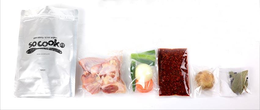 例如想吃辣燉雞塊時,可以選用這種小包裝半熟食產品...裡面放入了一人份的整理好了的雞肉、蔬菜、調料、月桂樹葉、胡椒子...