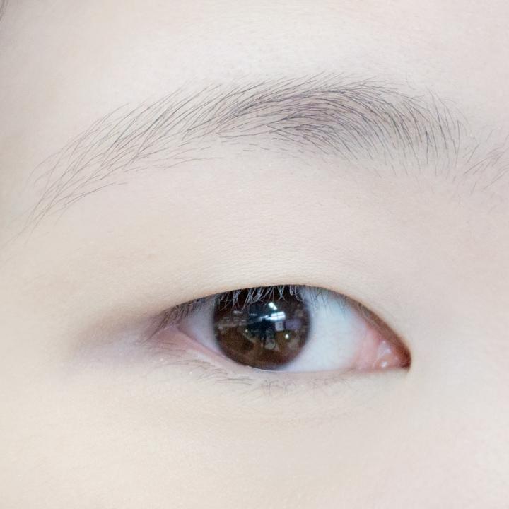 首先我們從單眼皮開始示範~眼妝開始之前一定要先抹上打底膏,以免暈妝~(精心畫好的眼妝可不能毀於一旦)