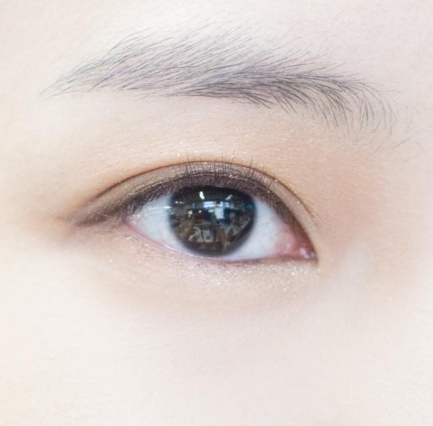 下眼線不必全畫,從眼角開始只畫到瞳孔中間即可~