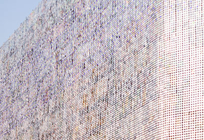 這面牆根據風的力度和陽光的強度,以及看的人視野的不同,建築每時每刻都呈現出不同的風貌。根本就是可以載進「 金氏世界紀錄」了~