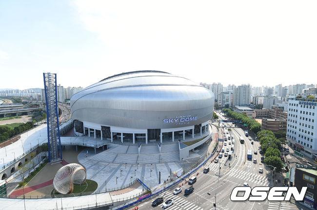 沒有喔?並不少!EXO這次舉辦的演唱會是在才開幕沒多久的首爾巨蛋「Sky DOME」,裡面是可以當棒球場與公演場的巨型活動場