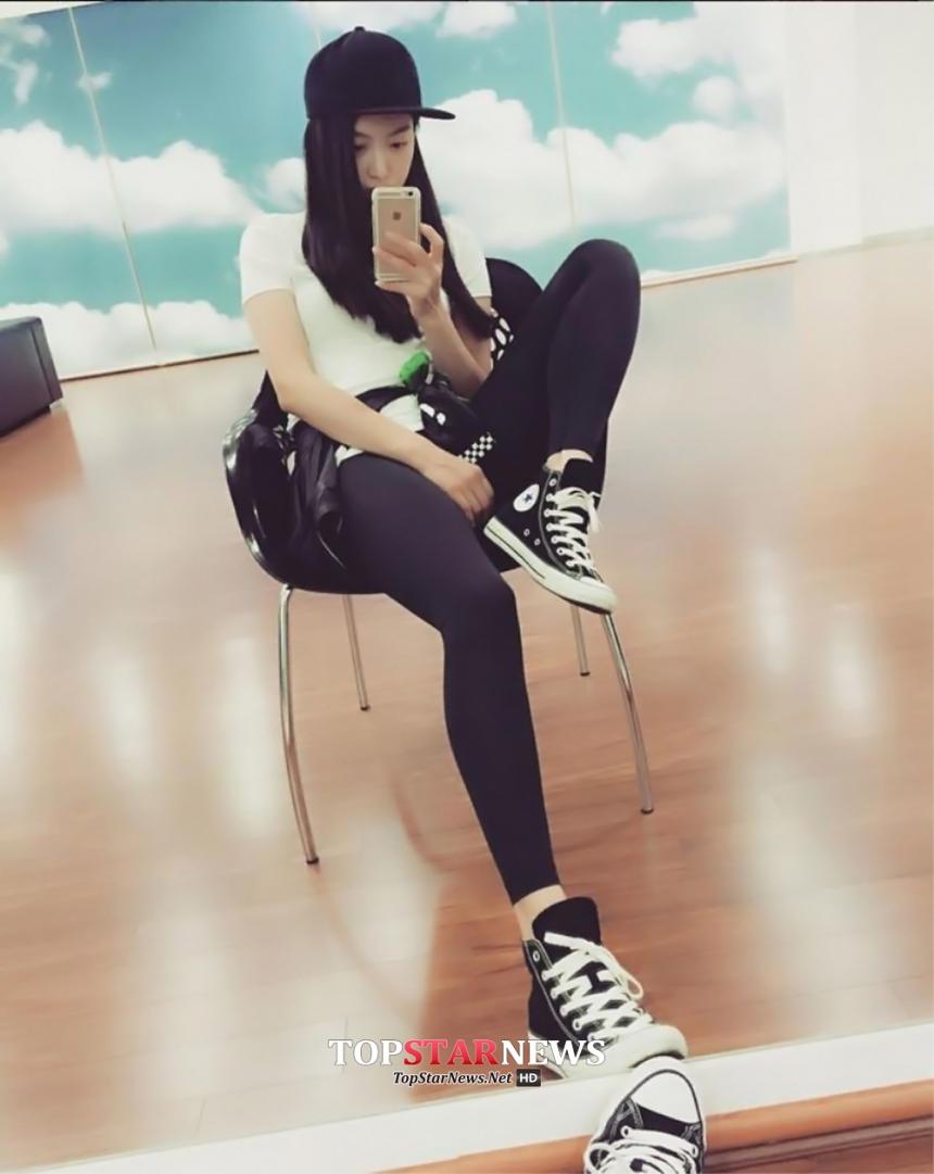 尤其是最近少女時代如預期橫掃排行,新人女團Red Velvet更是聲勢正旺,夾在中間的f(x)似乎不受到公司熱捧,SM娛樂受到粉絲的抱怨