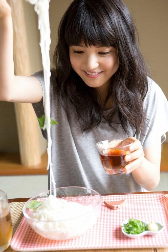 3. 吃飯的時候從食物中攝取水份  有些人為了健康,不想吃太油,可能會選擇增加蔬果的攝取,但是時間拉長才發現,怎麼吃再多的蔬果還會便祕呢?其實,無論是吃飯或是蔬果,食用的同時也要注意當天的飲水量是否足夠。如果水分攝取不足,加上蔬果像毛球般的纖維質,缺乏油脂和水分的潤滑,更容易造成腸道阻塞,引發便祕。建議各位飲食上只要維持正常,注意飲水的量是否充足,就能改善便祕問題。