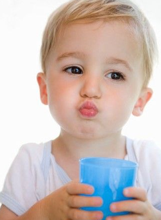 A2)答案是NO~一天只喝3L的水,人體內的水就處於飽和狀態,但是如果突然戒掉水,身體由於危機意識,體內的水會自動滯留在體內。或許短時間內可能會有減肥效果,但是長旗下來只會造成身體和臉腫脹。