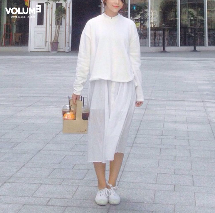 一身白~是「 裝」清純的最高明搭配!隨著秋風飄逸的裙擺,若隱若現的大腿,不知會撥亂多少男生的❤呢?!