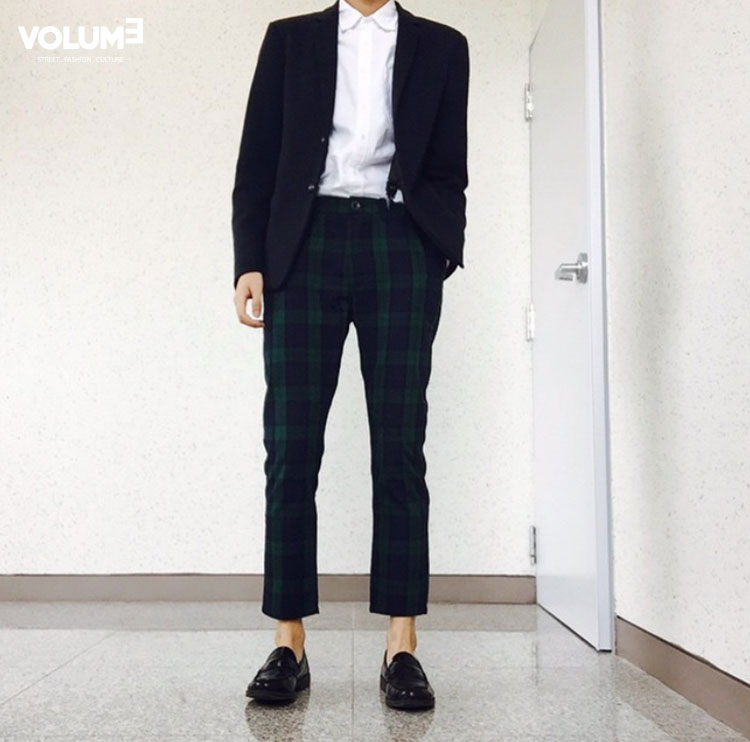 除了格子襯衫,韓國男生還很喜歡格子褲,既然下身夠搶眼了,上身就搭一件低調的黑色西服吧!
