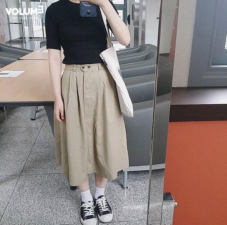 不怕冷的女生也可以穿一件短袖毛衣,下面一條長布裙+帆布鞋,復古範就出來了!
