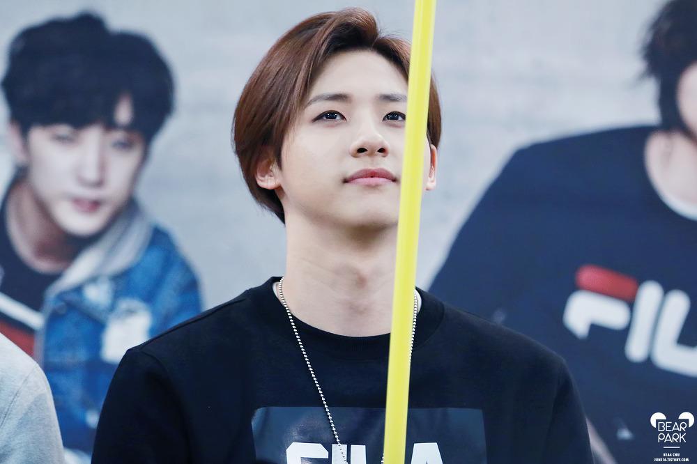 現在開始陷入CNU的魅力不嫌晚,他是B1A4的大哥,1991年生,團內擔當是跳舞~8ㅅ8