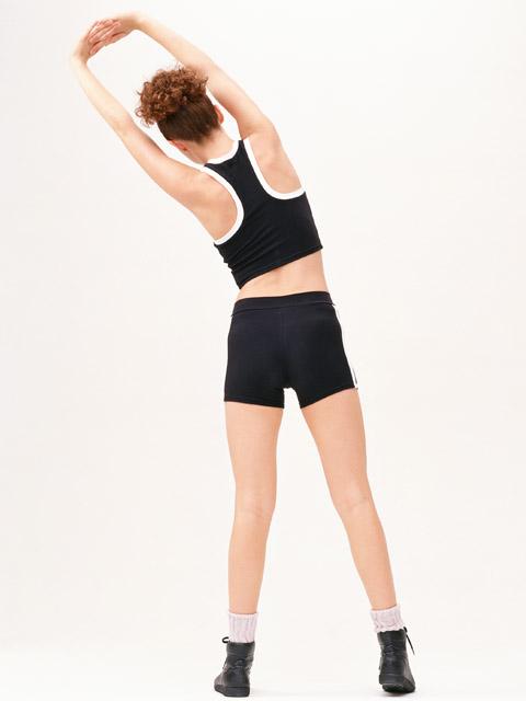 3. 腸道伸展操 想讓腸道蠕動更加活躍,可以在睡前做一些幫助腸道活動的伸展操。像是雙手向頂伸直交叉,並左右扭轉、伸展腰部就可以幫助腸道蠕動。