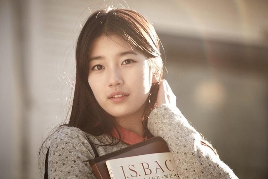 她在2012年出演電影《初戀築夢101》(大家所熟知的《建築學概論》),被封「國民初戀」,更因此奪下青龍獎人氣明星賞、百想藝術大賞的電影部門 女子新人演技賞