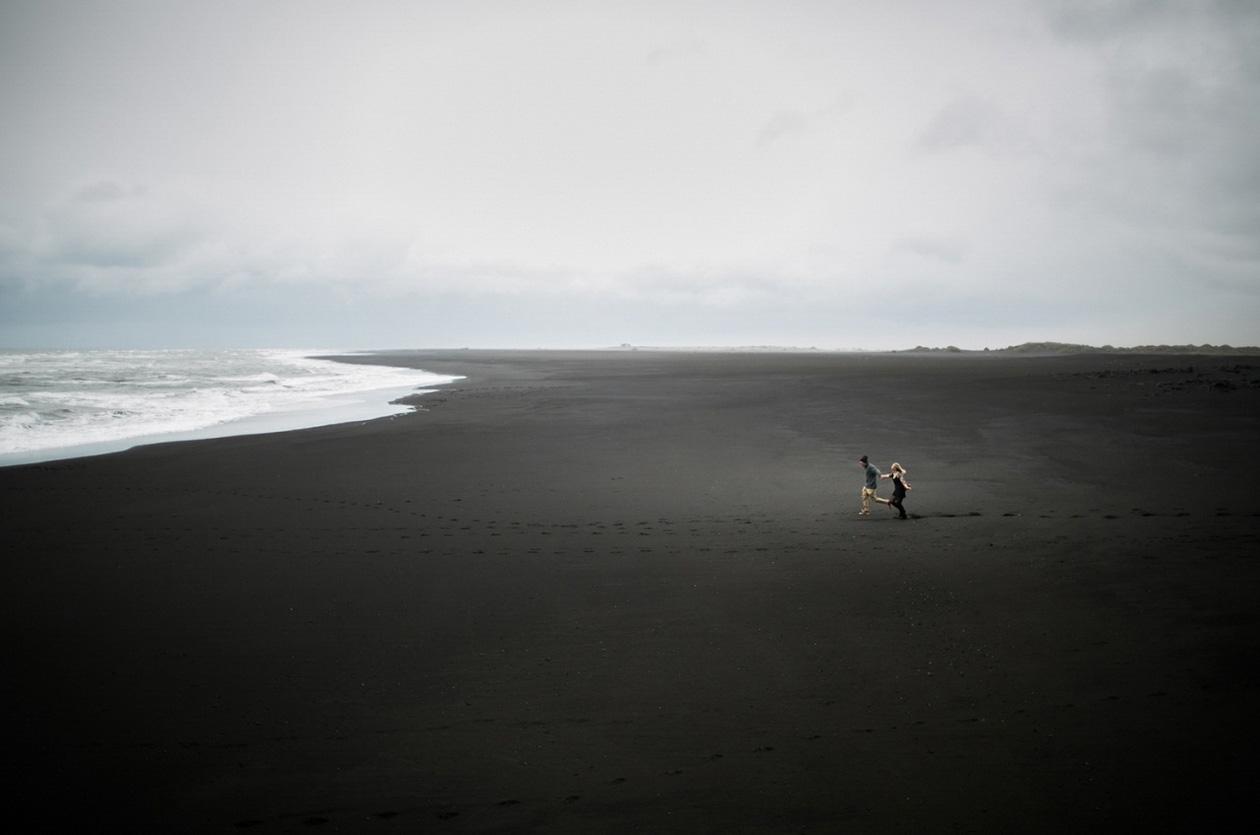 13. 維克·冰島by Ash nayler 讓我們在這無邊無際的海灘留下我們愛的足跡,記住這一份美好。