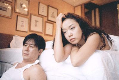 影片講述了失業在家的丈夫、事業成功渴望愛情滋潤的妻子、對初戀情人念念不忘的情夫之間的愛情悲劇。
