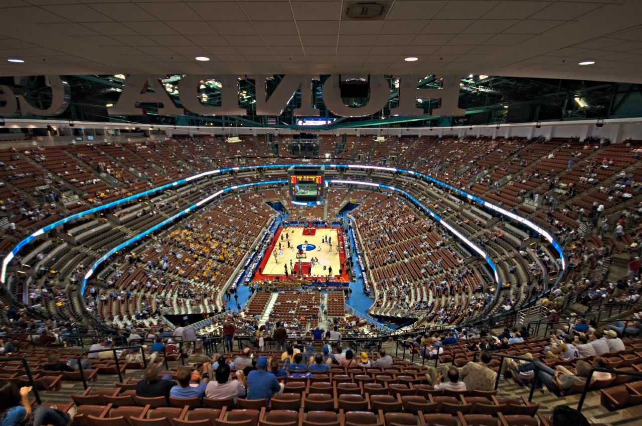 最後一場在安納罕的Honda Center的公演~哇~這裡也太大了吧! 想像充滿皇冠燈的模樣