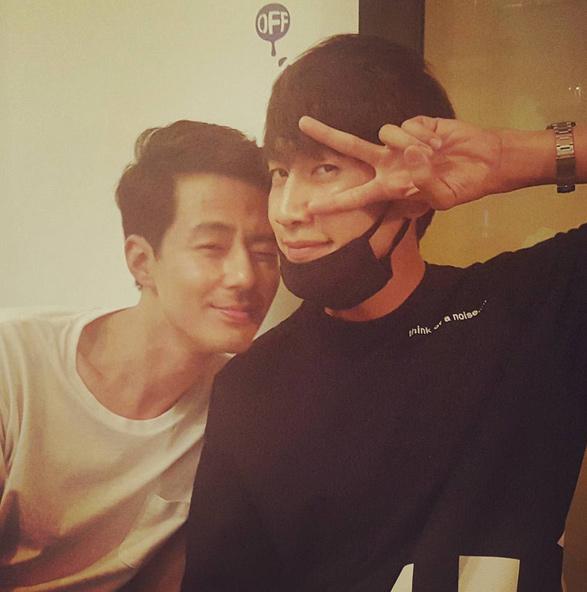 《RM》之前只是演小配角,而現在他可以和趙寅成一起演《沒關係,是愛情啊》,還和對方建立了好交情