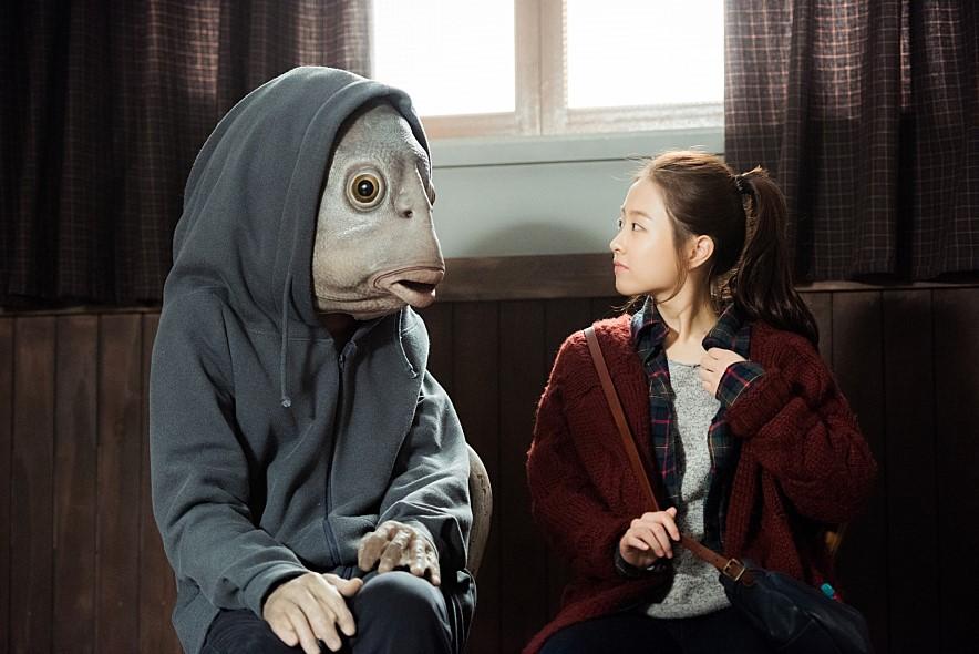 今年終於在電影《突然變異》以「第一男主角」之姿登場,和朴寶英等人合演,但.....好像全片都像這樣....以魚頭面貌現人(哭哭)