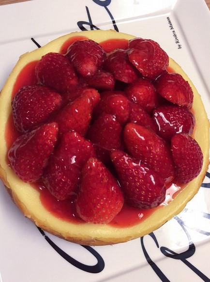 讓粉絲們都驚豔的料理 就是這道 在成員譽恩生日時宣美精心製作了草莓起司蛋糕 這個完成度 說是蛋糕店買的我也會相信啊!