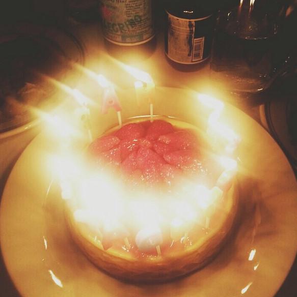 譽恩也開心上傳了被燭光圍繞著的蛋糕的溫馨認證照