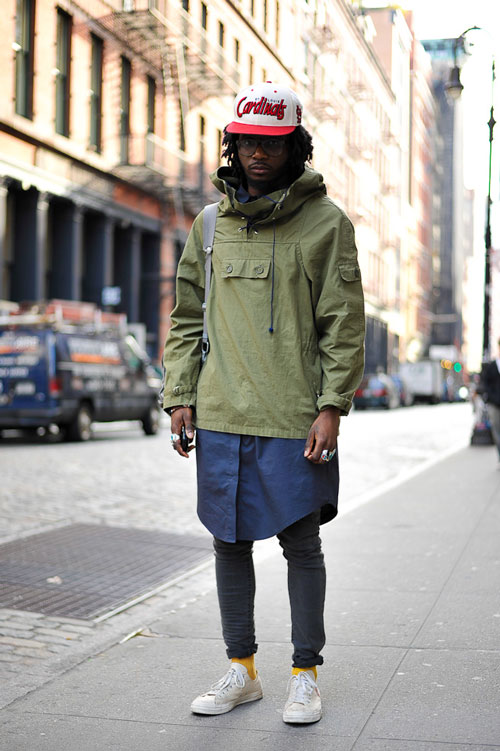 軍綠色防風衣是最經典的顏色之一,軍人的帥氣加上嘻哈的裝扮,絕對讓你成為秋季街頭的時尚一員~~襪子的顏色選擇也很大膽,黃綠上下撞色更跳躍,女友看了都擔心你太過招搖,容易劈腿XDD~