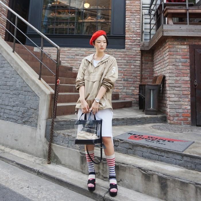 誰說防水衣只能走休閒風?只要搭配得當一樣可以穿出女人味!那就是搭上一條裙子,鬆糕鞋+長筒襪讓你個性十足,一頂紅色的帽子+橘紅色口紅也是性感得剛剛好。