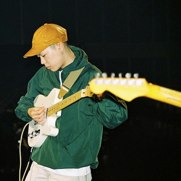 沒錯就是上過《無限挑戰歌謠祭》的韓國實力派樂隊hyukoh的隊長吳赫曾經的造型!米黃色和青綠色在夜晚的燈光下就更惹眼了。