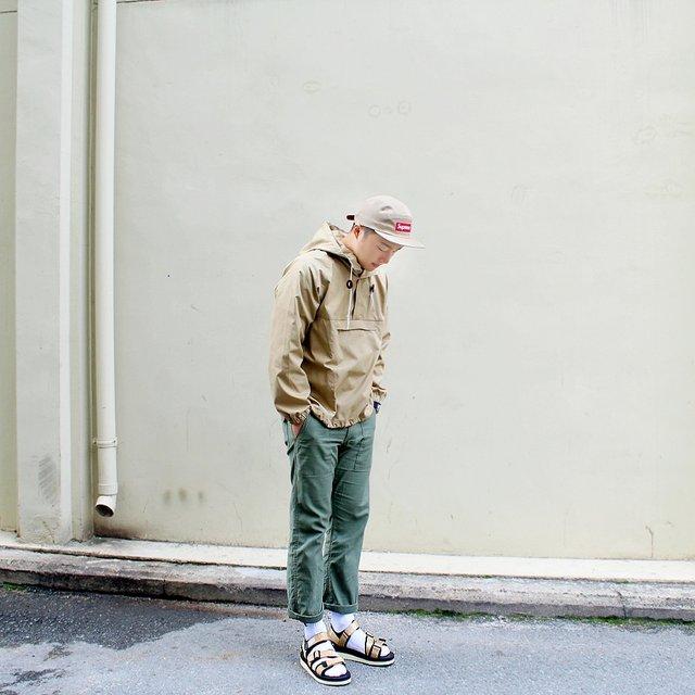 韓國人真的是很會打扮自己,男生也不例外,一身平凡的造型,其實只要在腳上下點功夫,整個感覺就fashion起來了呢~夏天的涼鞋+白棉襪就是不錯的選擇!