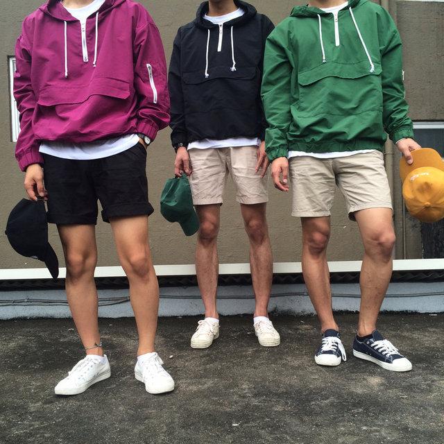 防水衣果然是最配棒球帽的,上面的所有的造型幾乎都搭了一個棒球帽!還有百搭的帆布鞋都能增加你的街頭時尚感!