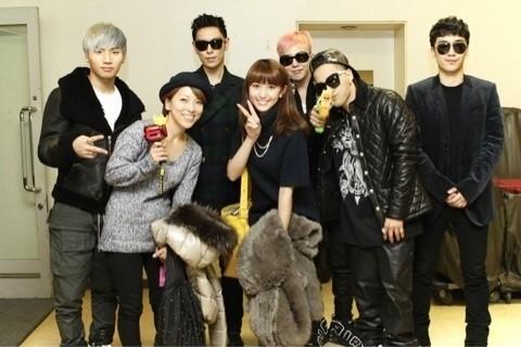 其實BIGBANG貴為天團的原因就是,不只平民(對!就是說你跟我),連藝人都是他們的粉絲!被稱為「藝人中的明星」!例如日本模特兒兼歌手、演員的有村實樹(長髮女)也曾經去BIGBANG演唱會,在自己的部落格寫下「非常感激」等感言!