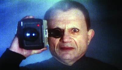 #3 <驚狂>(1997) : Mystery Man(羅伯特·布萊克飾) 畫著黑色眼線的神秘老頭從從一登場就塑造了一種詭異的氣氛