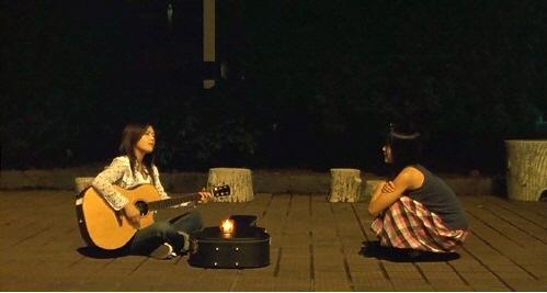 因此只能在夜裡出來唱著自己創作歌曲的她  有天遇到了喜歡的對象 於是開始了一段清純戀愛 (有空的話不妨找出這部電影!當然要記得準備衛生紙QQ)