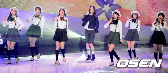 另外像是2013年也曾經推出的女團Five dolls,雖然想走清純風,但是太多同性質的團體而自己的特色又不明顯的話.....想當然下場也是和舞台說分手><解散了