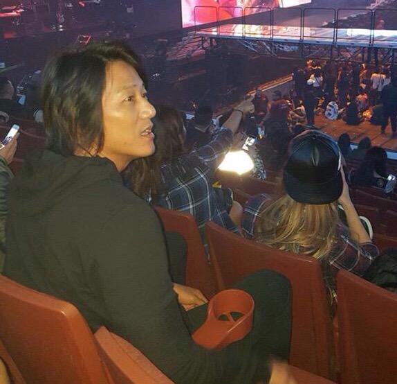 當然被喻為「藝人中的明星」的BIGBANG,演唱會也少不了藝人的參加!例如在北美場,就有電影《玩命關頭》系列的「韓哥」、韓裔美籍的演員姜成鎬前來觀賞