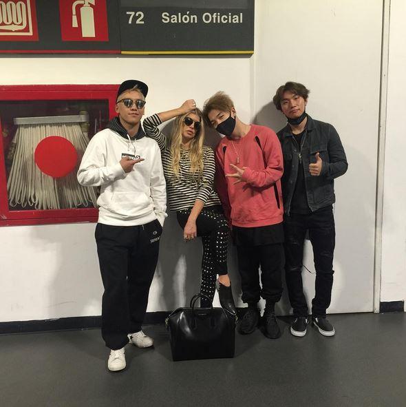 在跑巡迴時的機場,還可以遇到黑眼豆豆的菲姬一起合照~看來彼此都認識的大明星!另外也聽說選秀節目《美國偶像》的評審Randy Jackson也去看了BIGBANG的演唱會~