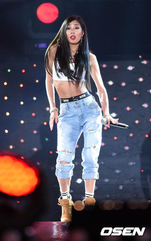 Jessi是誰? 她因為上了饒舌比賽電視節目《Unpretty Rap Star》第一季打開了知名度,以「凶狠歐逆」的形象為人所知,如果Jessi唱《Up & Down》,還真不知道是怎麼樣的詮釋法欸?