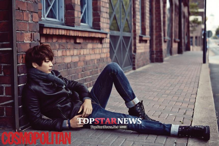 帥氣的珉豪  只是隨性的在路邊腿一伸 就是一張足以登上雜誌封面級的海報!