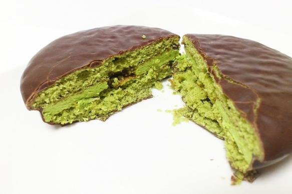 不止是夾心層…連裡面的巧克力層 都換成抹茶口味啊!