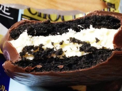 日本的巧克力派都走內餡爆漿路線嗎? 滿滿的奶油起司呀~~