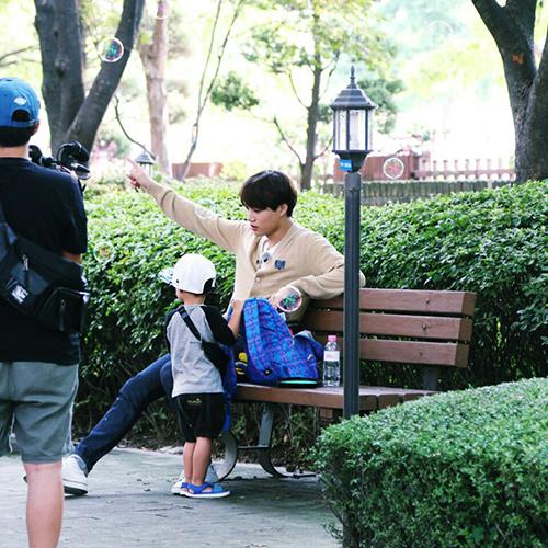 節目的工作人員還透露 雖然Kai和泰吳是第一次見面 但因為Kai總是細心的照顧著泰吳 所以比起面對其他來賓 泰吳很快的就跟Kai變得親近