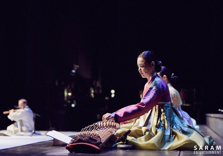 不過小編最中意的是  ☞d) 身著韓服演奏伽倻琴時的她