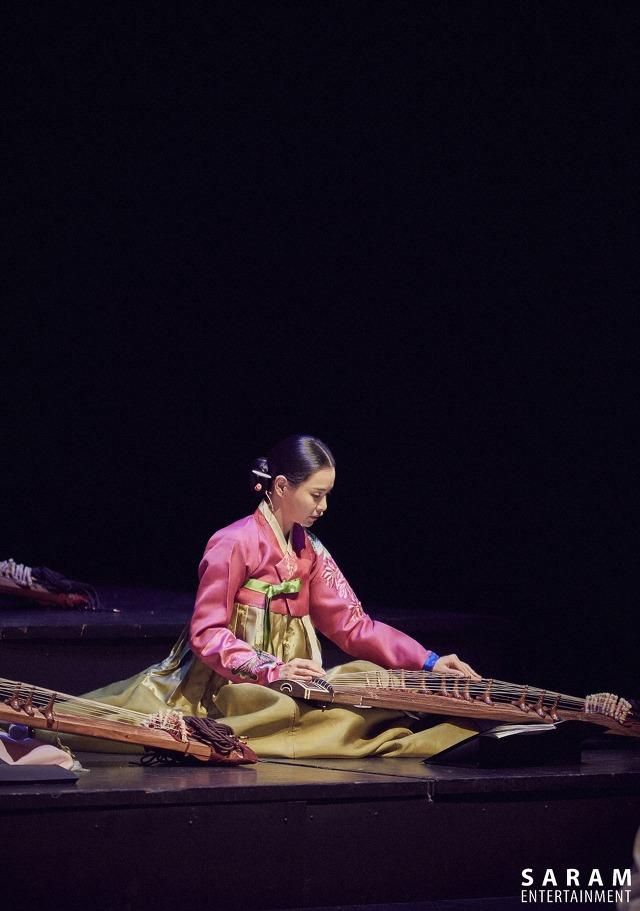 荷妮歐妮是首爾大學國樂碩士...多年伽倻琴的練習,讓歐妮的身上也有了古典的氣質~...(號外:歐妮與金泰希是大學同學和圈內好友哦~)