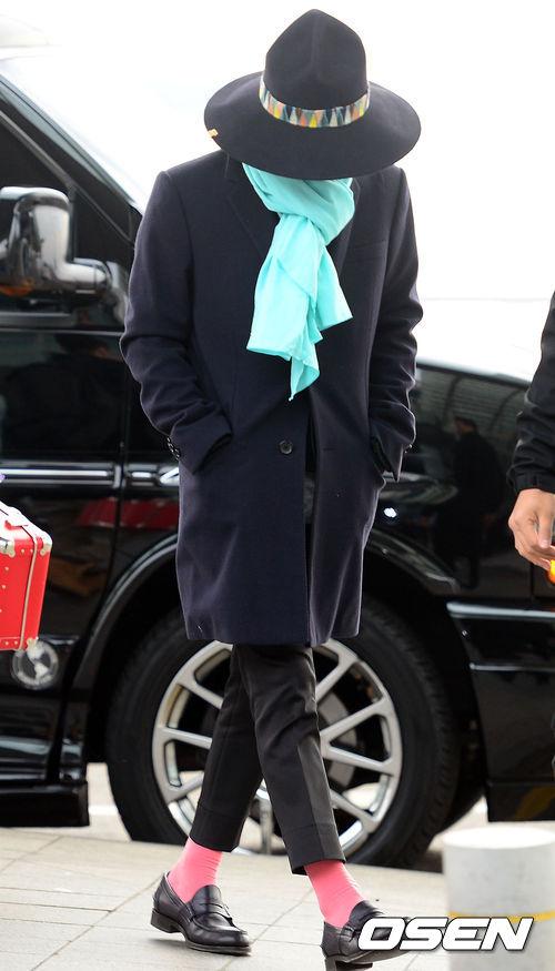 先一起從GD看起♥欸...雖然看不到臉 但是這一套的粉紅色襪子成為全身亮點
