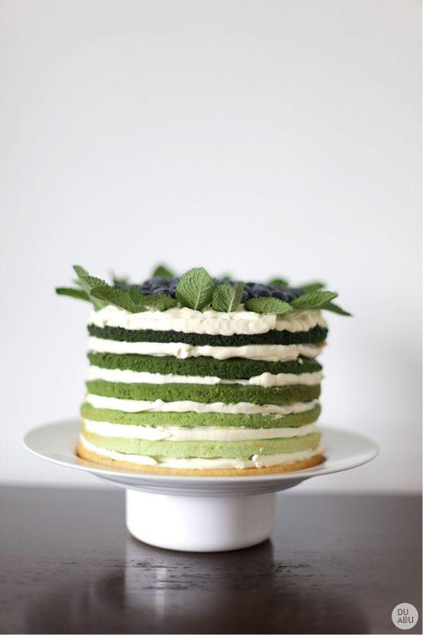 這是抹茶蛋糕嗎?層次好奧妙喲 上面還放了超多藍莓!