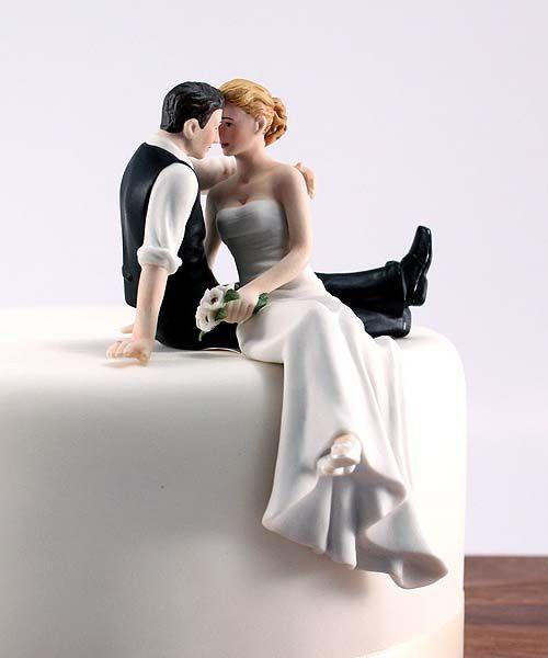 很典型的蛋糕裝飾!有些人會用工藝糖做成新郎新娘的模型,但小編個人比較推薦用塑像模型! 因為比起別的更精緻更細密,而且還有收藏價值 :)